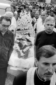 Внасяне саркофага с тялото на Ванга в построения от нея храм. Отпред са академик Светлин Русев и Димитър Вълчев. Шествието води свещеник Ангел Кочев. 11 август 1996 г.