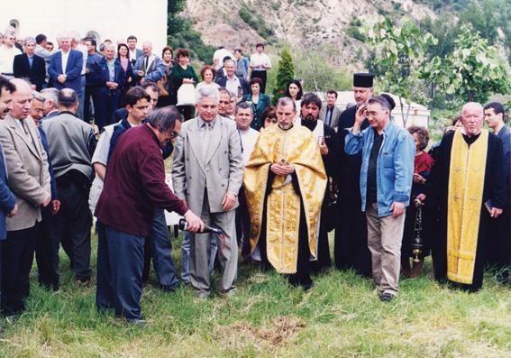 Арх. Богдан Томалевски полива първата копка на манастира към храма. 31 май 2002 г.